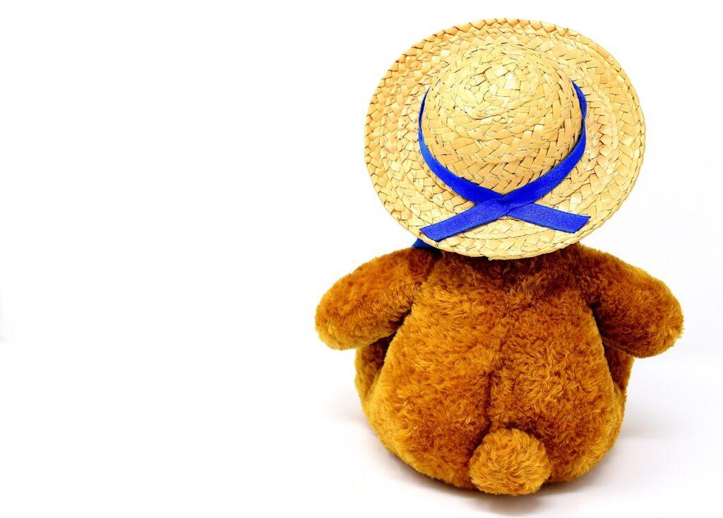 麻ひもの麦わら帽子をかぶるぬいぐるみ